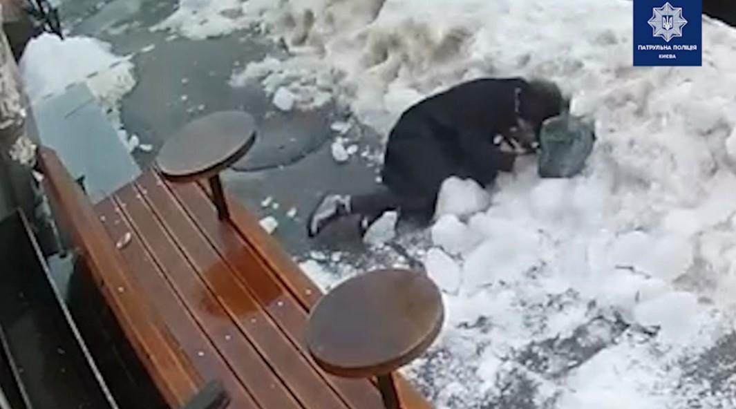 Момент падіння брили льоду на жінку в центрі Києва потрапив на відео