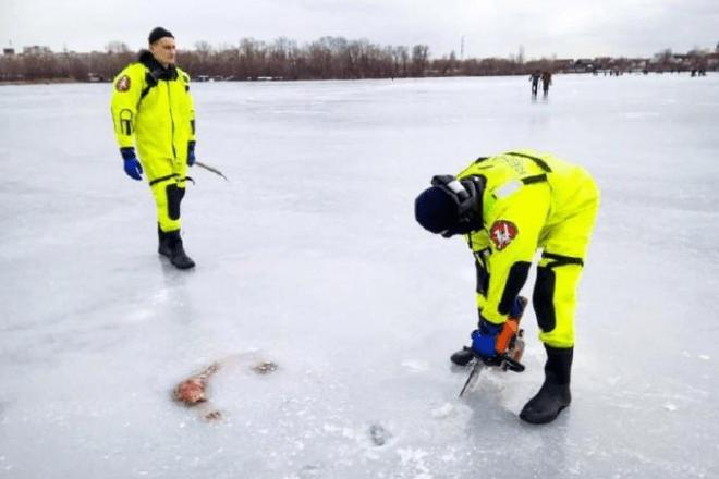 У Києві рятувальники бензопилою вирізали з льоду тіло потопельника – моторошні фото