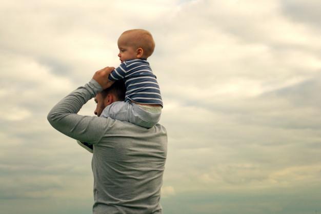 Немовля впало з батькових плечей і зламало череп. Що зараз відомо про стан дитини (ВІДЕО)