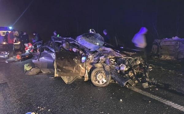 Людей затисло в авто, один чоловік загинув: подробиці жахливої ДТП біля Рівного (5 ФОТО)