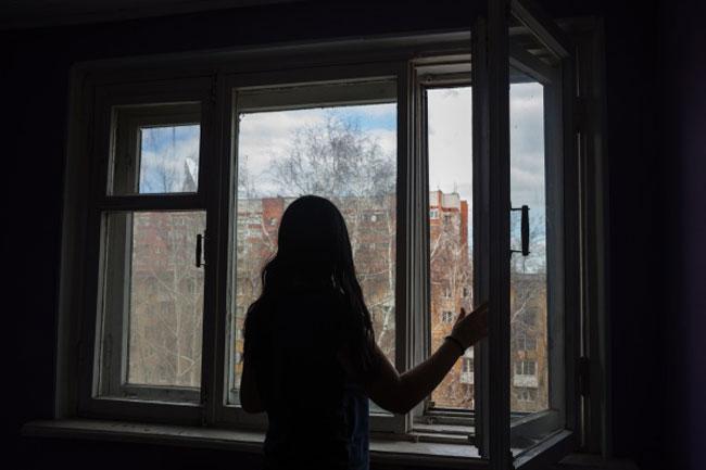 У Києві 14-річна дівчинка подзвонила мамі і зістрибнула з 18 поверху