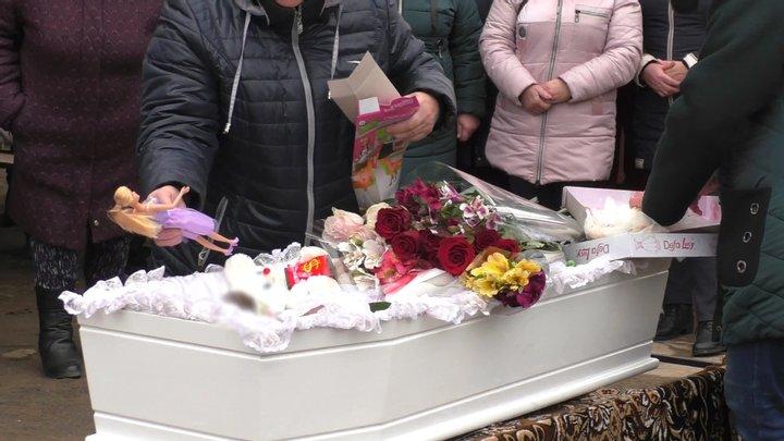 На Херсонщині поховали вбиту 7-річну Марію Борисову