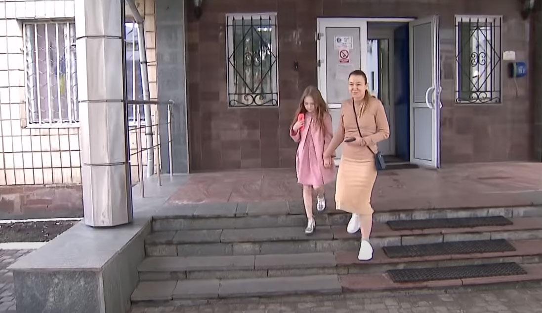 Мать 8-летней блогерши Миланы вызвали в Ирпенское отделение полиции. Видео