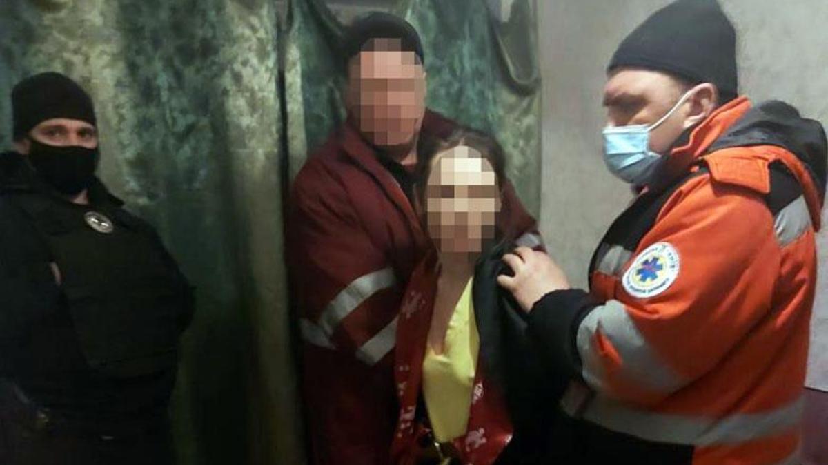 У Києві жінка морила голодом, знущалася і не пускала в школу 6-річну доньку