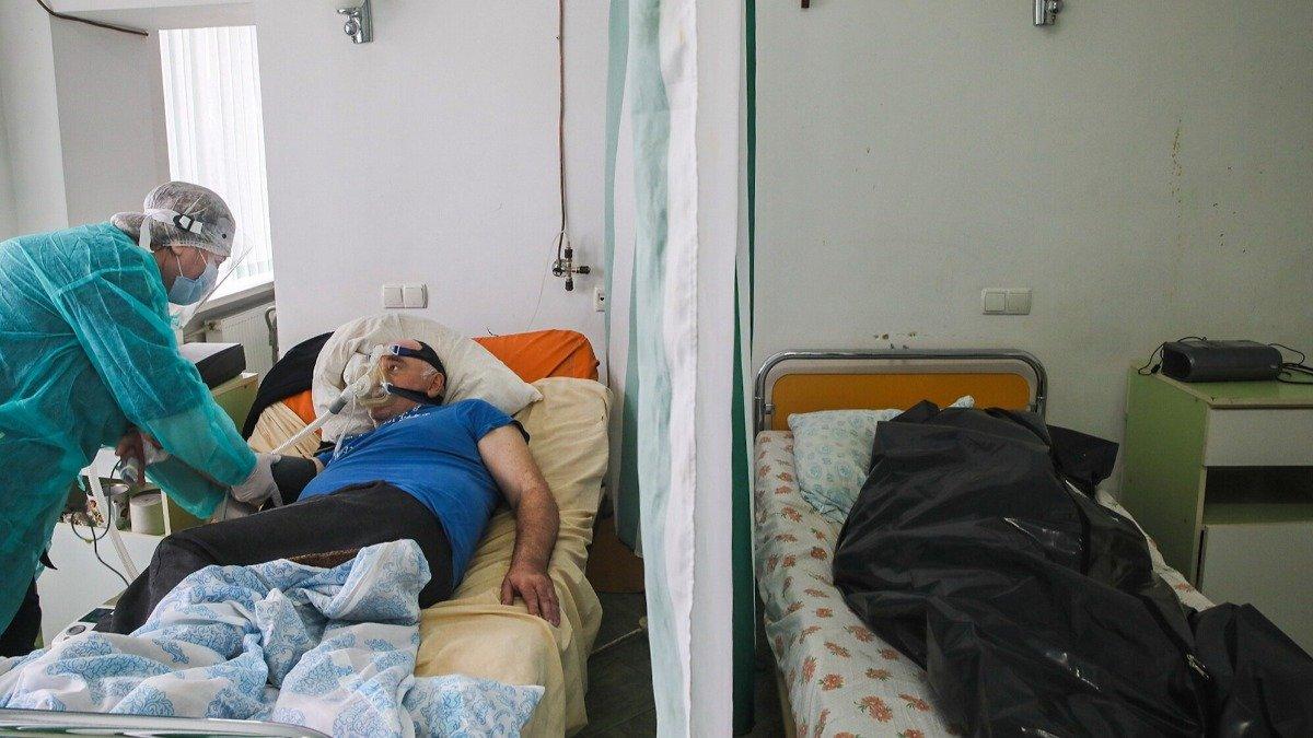 Живых от мертвых отделяет занавеска: в Коломые – страшная ситуация в больнице