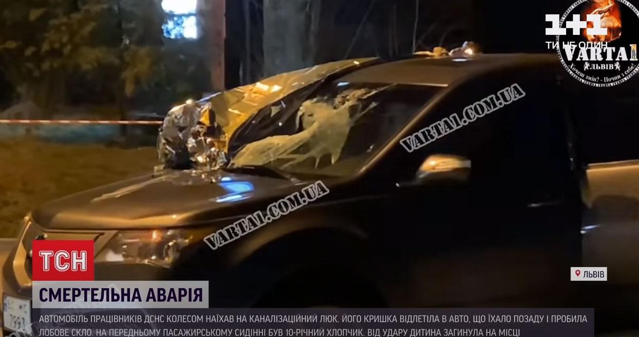 Крышка от канализационного люка вылетела из-под авто и убила ребенка во Львове. Видео