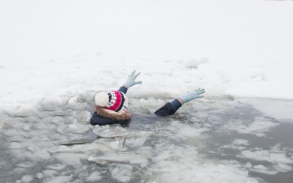 Під Харковом школяр провалився під лід і потонув, намагаючись врятувати собаку