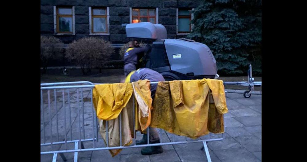 «Какая-то тотальная импотенция и профнепригодность во всем. Восемь с.ка дней отмывают фасад здания. И так и не отмыли»