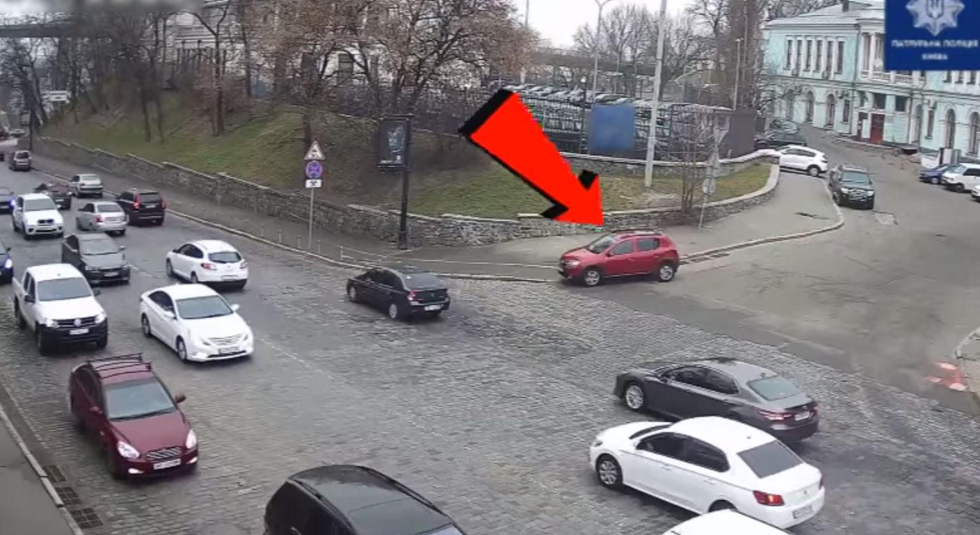 Две женщины-водителя, 15 секунд и 4 разбитых автомобиля: в Киеве произошло курьезное ДТП