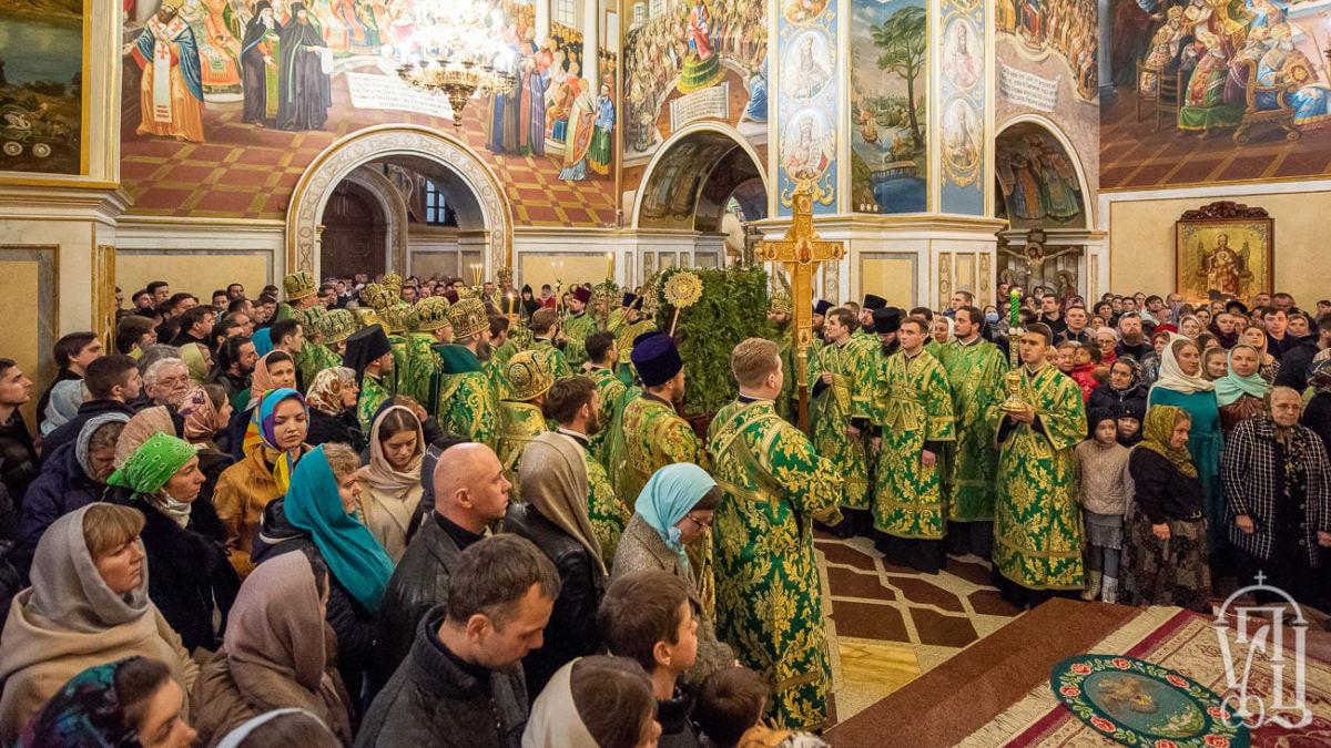В соборе Киево-Печерской лавры сотни людей без масок молились о прекращении эпидемии коронавируса