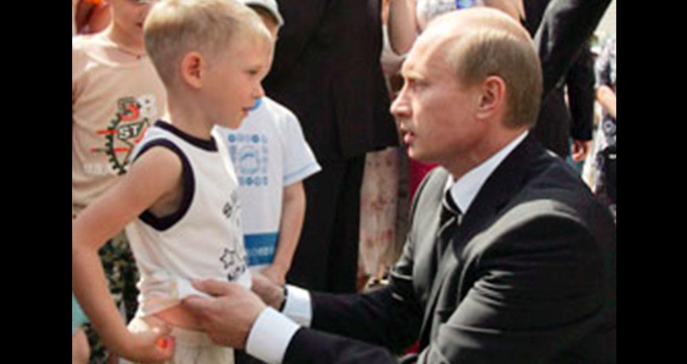 В Росії Діти Встали На Коліна Перед Путіним І Просили В Нього Про Допомогу – Відео