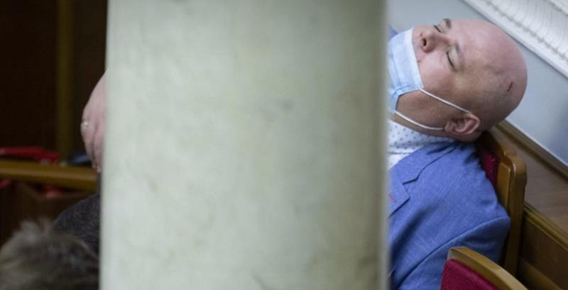 Верховна Рада! Микола Стефанчук, нардеп  від «Слуг народу» хропе на роботі. А ви там шо?
