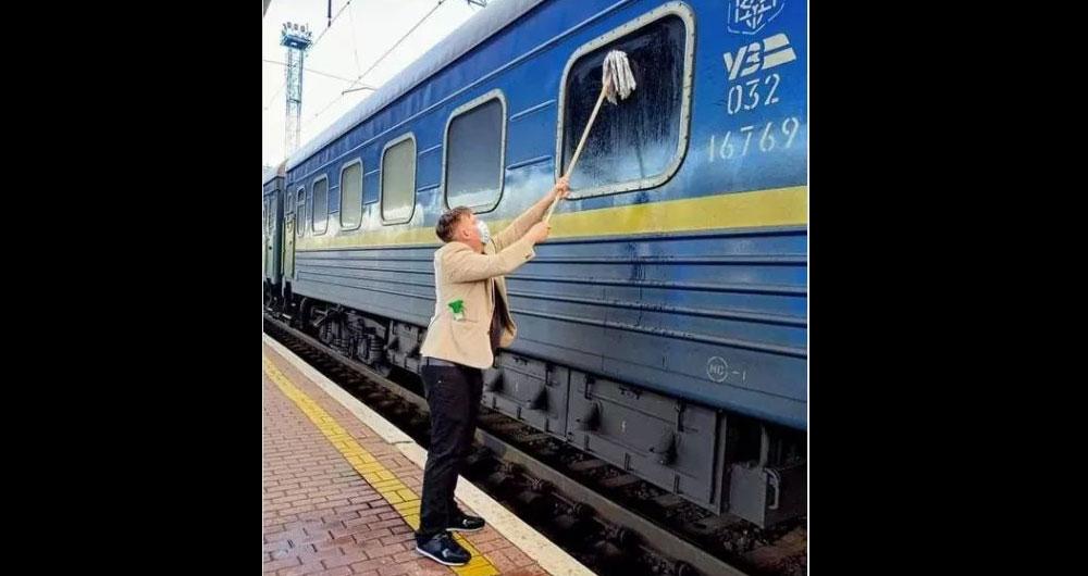 Покажите этот пост Сироже Лещенко: Пассажир датчанин моет окна вагона Укрзализницы