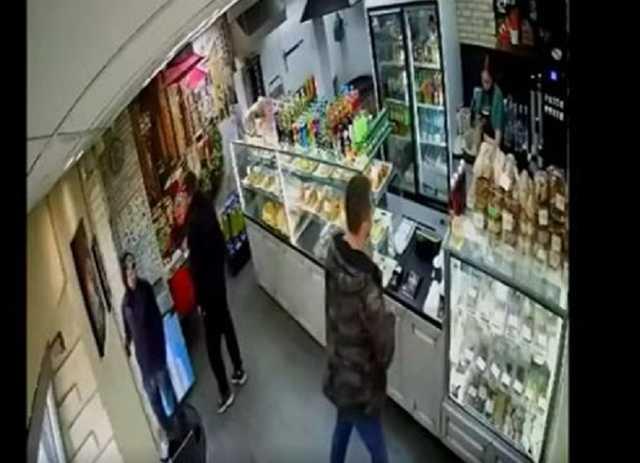 «Х соси, тварь! Я сейчас сцать на тебя буду, ёпта!» — российский военный в оккупированном Севастополе — девушке-продавцу