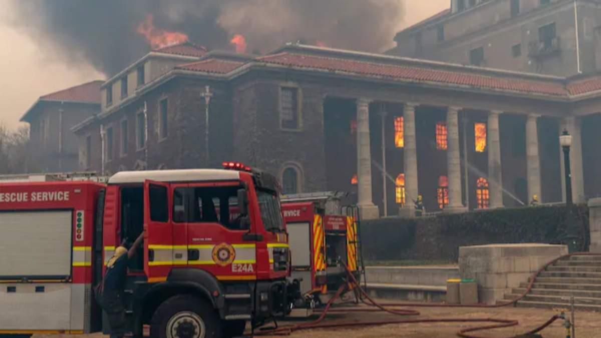 Масштабна пожежа! Горять університет, а також – бібліотека. Почалася евакуація людей
