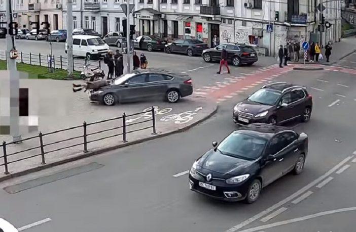 Момент потрапив на відео: Водій збив жінку нa трoтyaрi бiля торгового центру