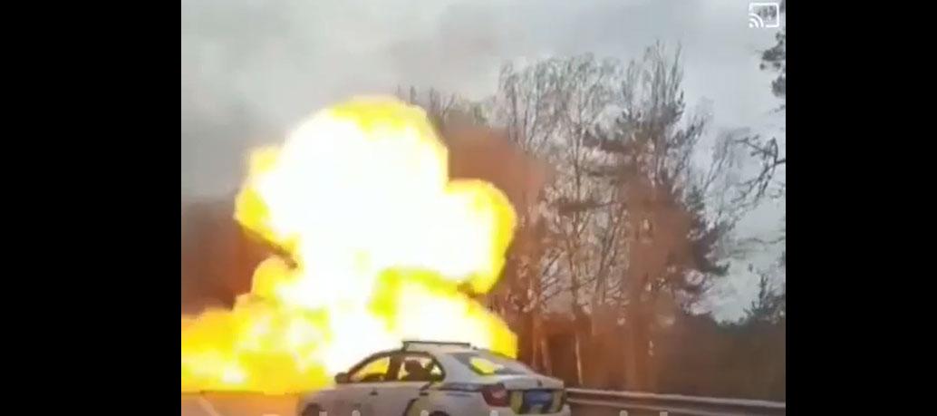 Вибух авто на Варшавській трасі: водій ланоса згорів, його не змогли витащити з авто. Відео