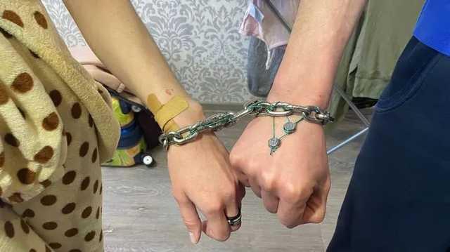Скованные цепью влюбленные из Харькова хотят продать наручники с молотка за 3 млн долларов