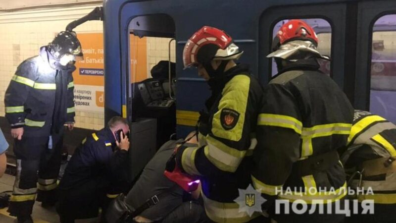 В Киеве мужчина упал под поезд метро: первые подробности и фото