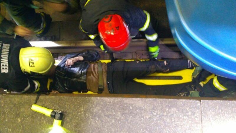 В Киеве пассажир, который попал под поезд метро, выжил: фото и видео спасательной операции