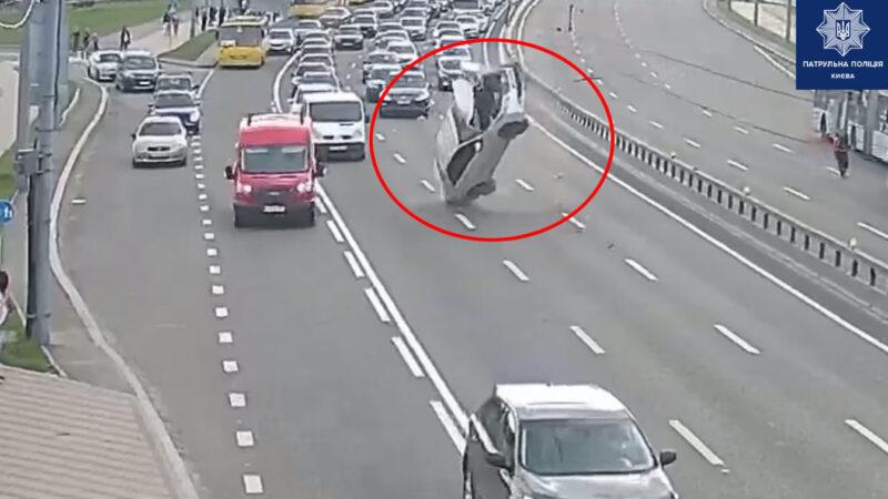 В Киеве Toyota перевернулась из-за обрыва контактных проводов: Видео