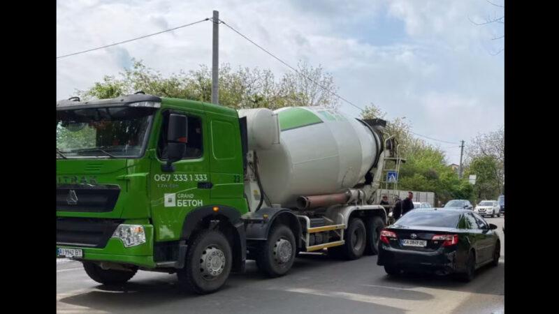 В Киеве бетоновоз переехал 14-летнюю девочку и протащил ее несколько метров. Видео