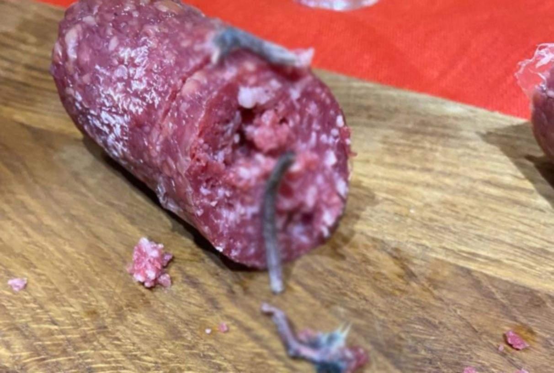 Українець знайшов у ковбасі щурячі лапи та хвіст: » Нас на фронті таким лайном не кормили»