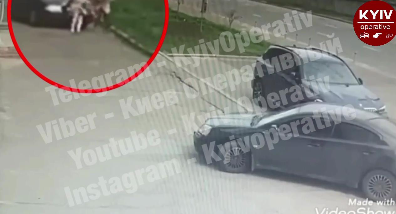 В Киеве автомобиль переехал женщину на тротуаре. Момент попал на видео