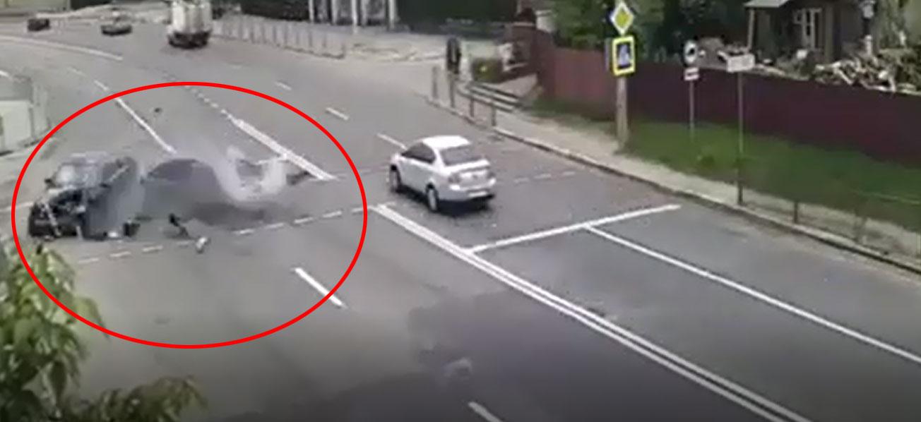 Появилось видео момента ДТП в Романовке, где после удара Mercedes отбросило на тротуар