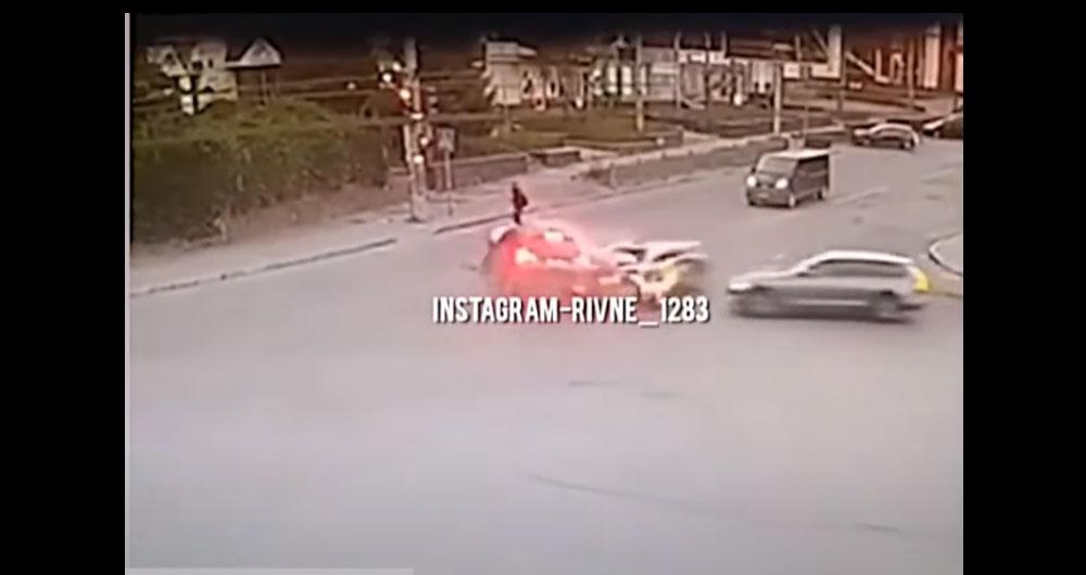 Видео трагического ДТП в Ровно. Водитель-нарушитель сбежал. Его разыскивают