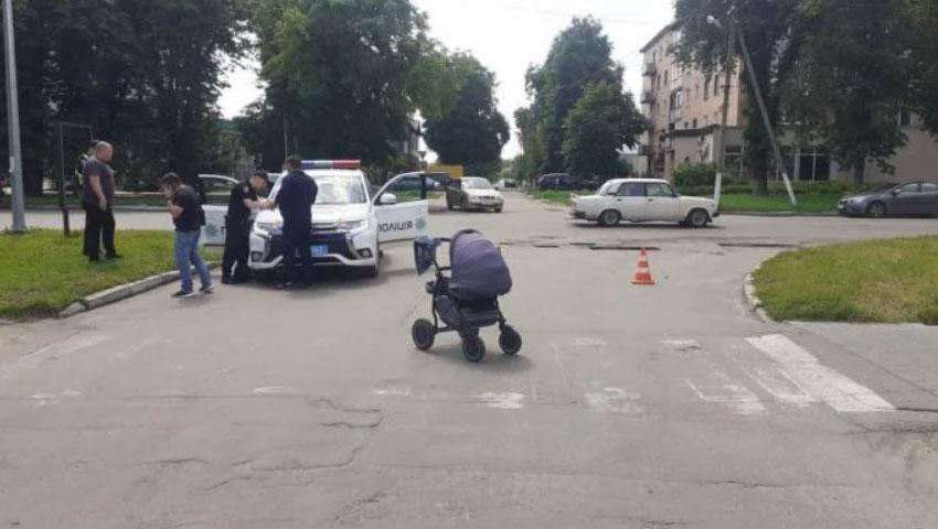 Взуття залишилось під вантажівкою: у Пирятині авто збило 16-річну дівчину з немовлям (фото)