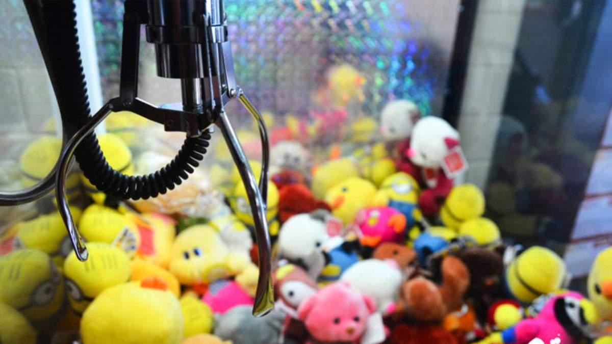 У Тернополі автомат з іграшками вдарив струмом дитину: дівчинка в лікарні. Відео