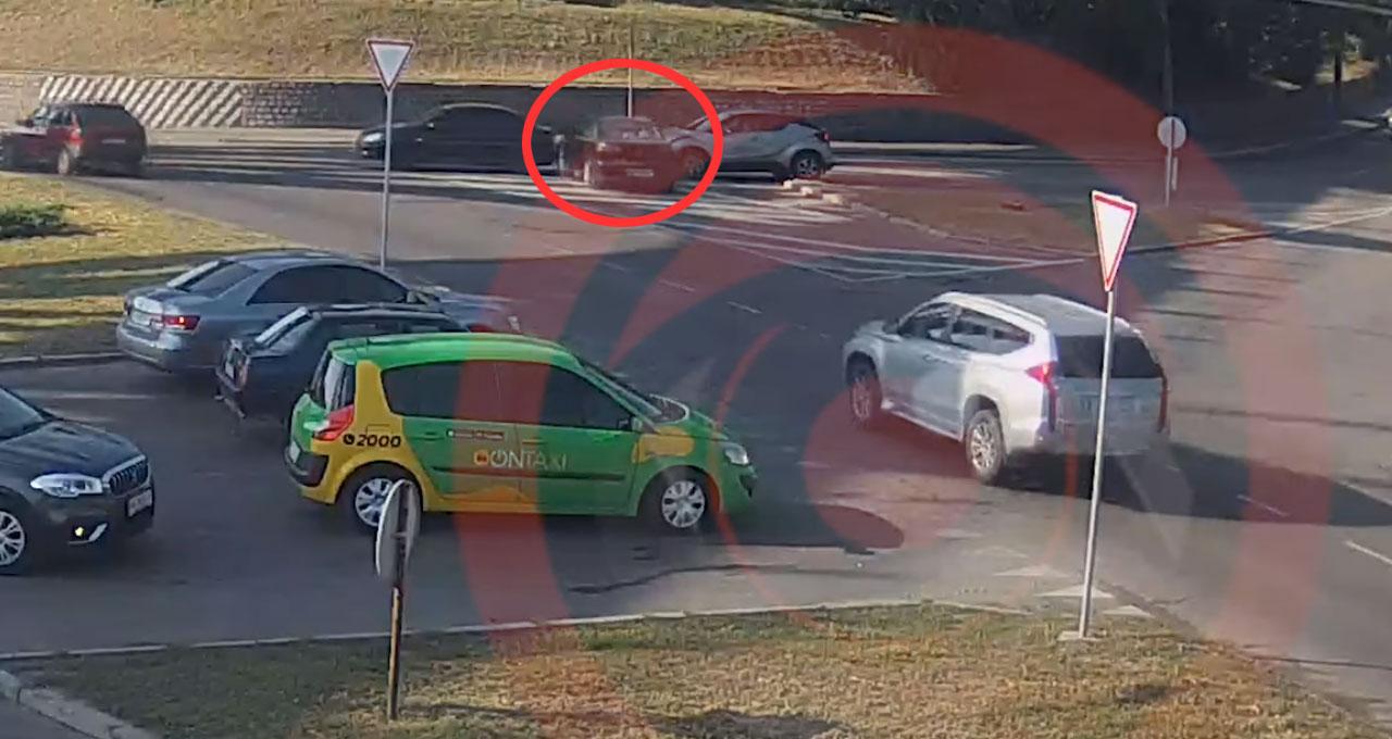 Mitsubishi влетів у стіну. Водійка та її пасажирка — насмерть. Відео