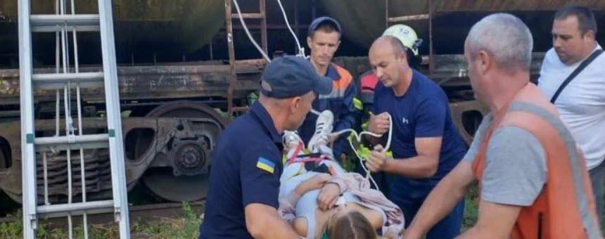 На Львівщині 14-річну дівчину вдарило струмом на цистерні з бензином (фото)