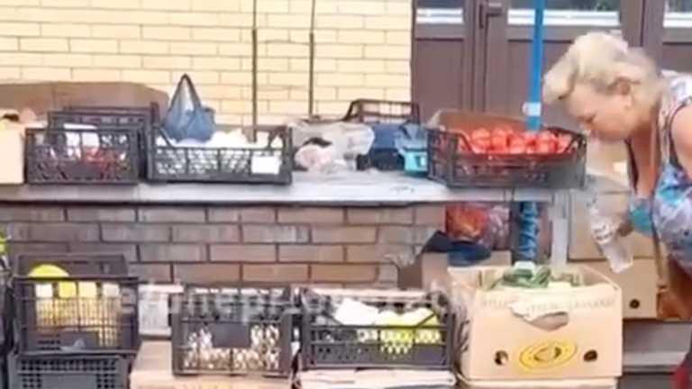 В Запорожье на центральном рынке продавщица плевала на овощи. Видео