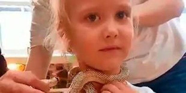 Змею еле отцепили: 5-летнюю девочку за лицо укусила змея в зоопарке (фото)