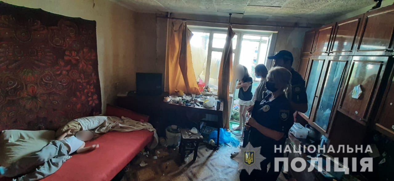 На Херсонщине девочки 4 и 7 лет несколько дней ели только хлеб. В квартире смрад и нет еды