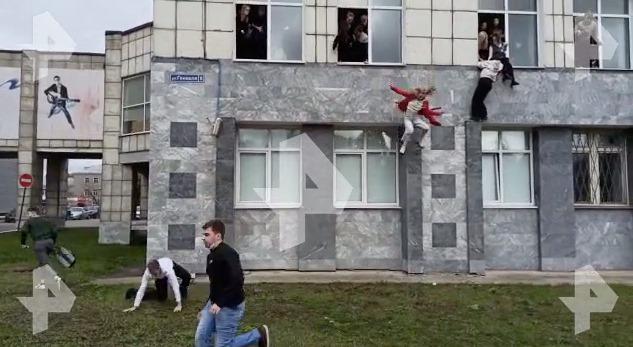 Неизвестный открыл стрельбу в университете в Перми. Сообщают о трех погибших. Люди прыгают из окон