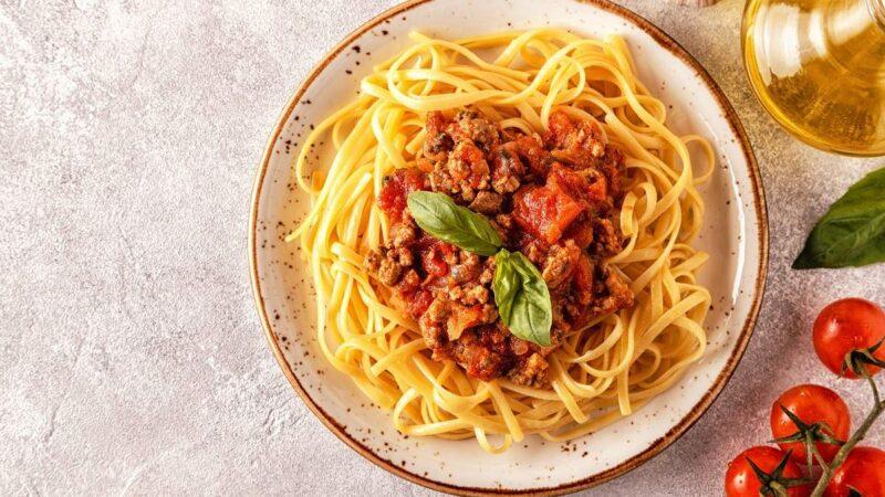 Три чудесных рецепта на ужин: киш-лорен с грибами и курицей, паста в соусе болоньезе и мусака