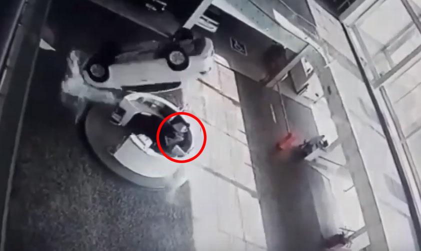 В автосалоне машина рухнула на девушек, сидящих на ресепшен. Видео
