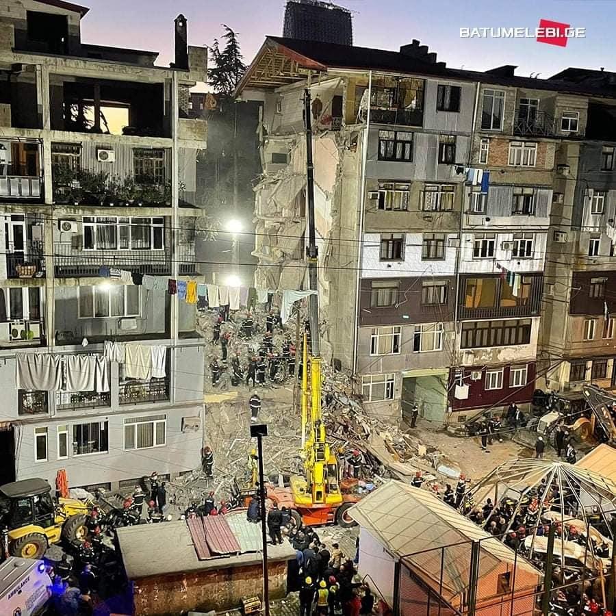 Под завалами 6ти этажного дома слышны голоса детей. Что известно про обрушение дома в Батуми