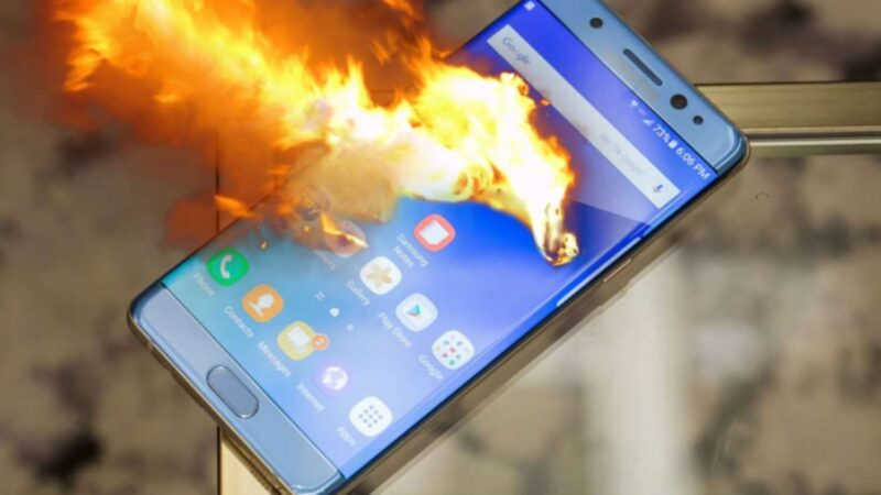 На онлайн-уроке у школьника в руках взорвался телефон. Ребенок погиб